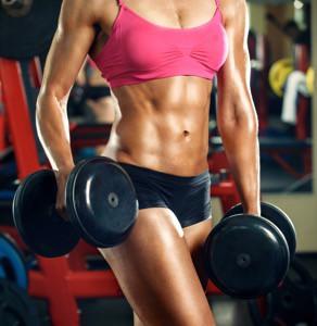 kvinna hantlar fria vikter
